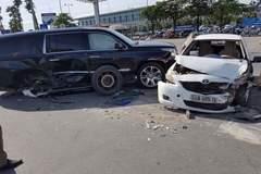 Hà Nội: Va taxi, Cadillac bạc tỷ văng bánh ra ngoài