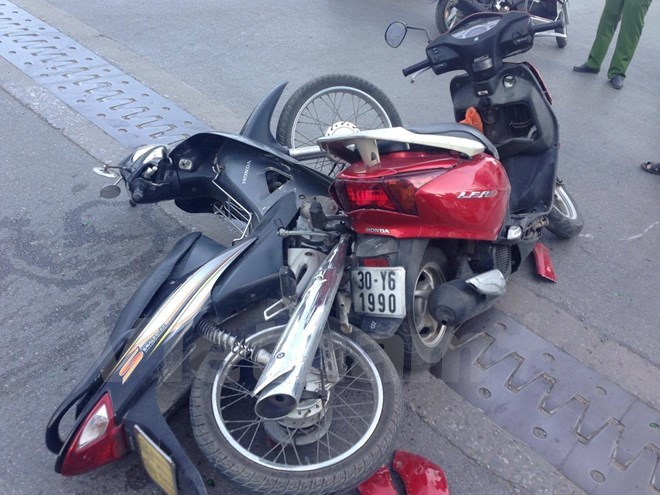 Xế hộp đâm gục nhiều xe máy trên cầu vượt Nguyễn Chí Thanh
