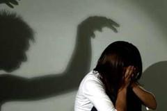 Bố mẹ về kịp thời bắt kẻ trốn truy nã hiếp dâm con