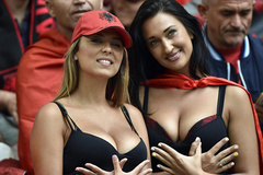 Fan nữ Albania gây bão vì khoe vòng một