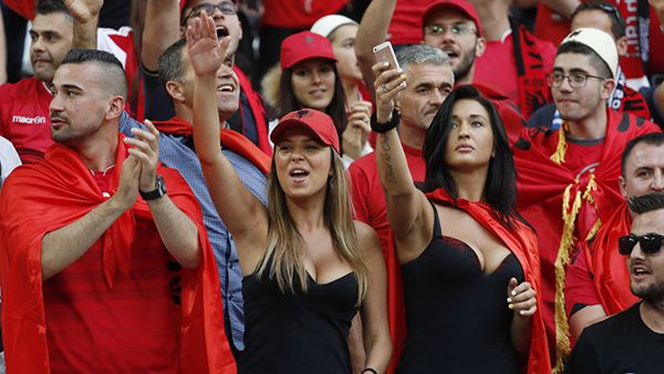 Những nữ CĐV xinh đẹp 'thiêu đốt' khán đài EURO 2016