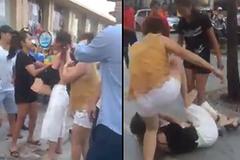Cô gái 19 tuổi bị lột đồ đánh ghen hội đồng giữa phố HN