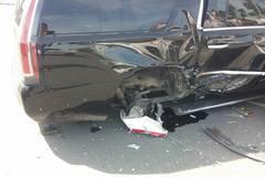 Cadillac tiền tỷ bị taxi đâm rụng bánh sau tại sân bay Nội Bài