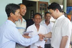 Chủ tịch Hà Tĩnh tặng quà ngư dân cứu phi công