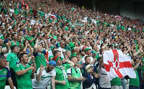 Một CĐV Bắc Ireland chết trên khán đài