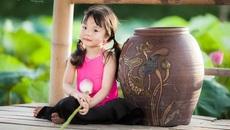 Bé gần 3,5 tuổi chụp ảnh bên sen 'đốn tim' cư dân mạng
