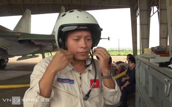 Thăng quân hàm Đại tá cho phi công Trần Quang Khải - (Ảnh: VNN).