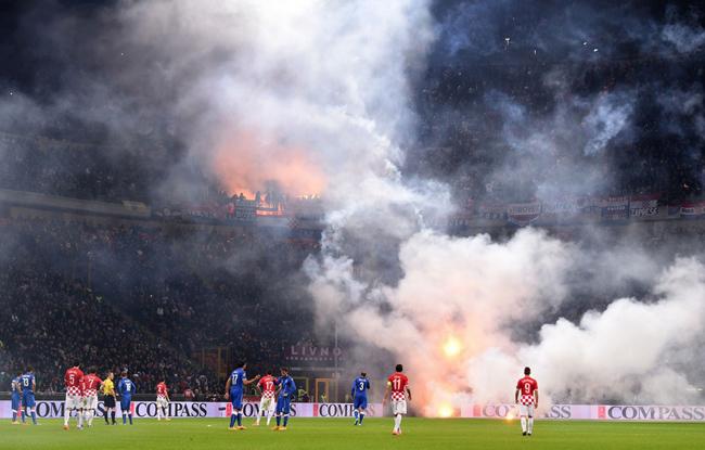 Cổ động viên Croatia ném pháo sáng khiến trận đấu tạm dừng