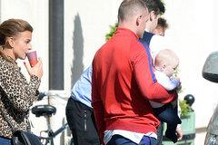 """Rooney """"xé rào"""" khám phá đường phố với vợ con"""