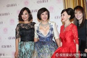 'Võ Tắc Thiên' 61 tuổi mặc váy khoe ngực khiến đàn em e dè