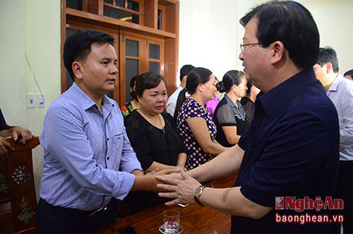 Phó Thủ tướng Trịnh Đình Dũng động viên gia đình Đại tá Trần Quang Khải
