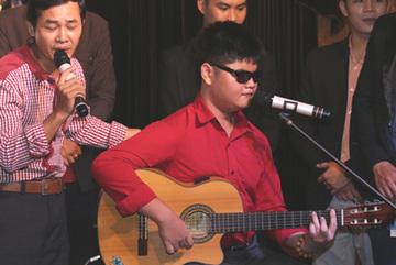 Rơi nước mắt vì cậu bé mù biết chơi 14 nhạc cụ