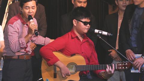 'Kỷ lục gia châu Á' Bùi Ngọc Thịnh đàn và hát tặng nhóm XPro