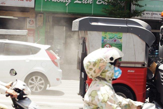 Cận cảnh 'siêu xe' hút bụi trên phố Hà Nội