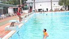 Bố mẹ vô tình hại con vì cho đi bơi phản khoa học