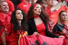 """Fan nữ Albania tiếp tục """"đại náo"""" trên khán đài"""