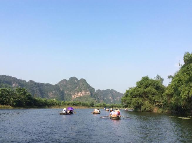 Đầm sen tựa thế núi đẹp mê mẩn du khách ở Ninh Bình