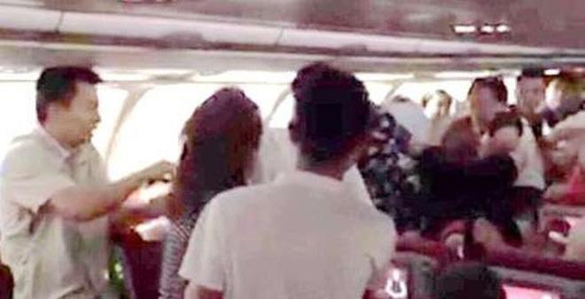 Hành khách đánh phi công, bạo loạn trên máy bay