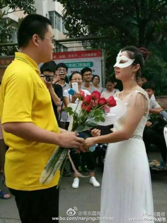 cầu hôn, cô giáo cầu hôn sinh viên