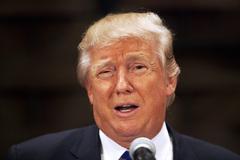 Donald Trump đối mặt thảm họa gây quỹ