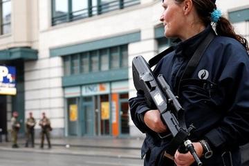 Thủ đô Bỉ náo loạn vì người đeo đai bom... bánh quy