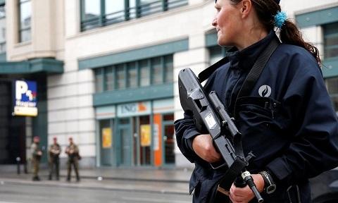 Thủ đô Bỉ náo loạn vì người đeo đai bom… bánh quy