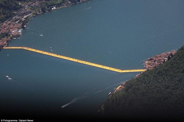 Hàng nghìn du khách xếp hàng đi con đường vàng giữa hồ