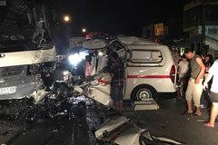 Phá cửa cứu bệnh nhân trong xe cấp cứu bị đâm vỡ nát