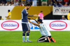 Fan cuồng lao vào sân, quỳ vái xin chữ ký Messi
