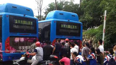 Hành khách chết thảm vì thò đầu qua cửa xe buýt