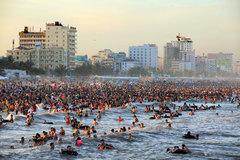 Lý do 70.000 người chen nhau trên bãi biển Sầm Sơn