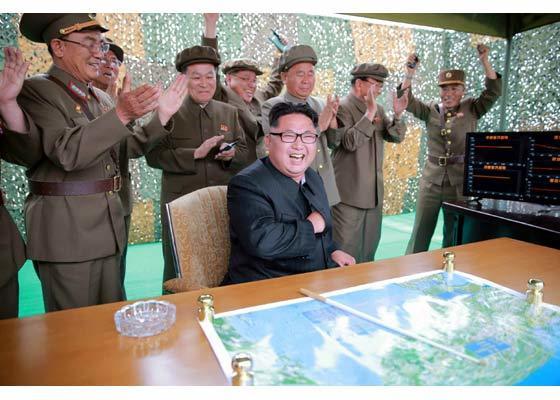 Phóng tên lửa thành công, Kim Jong-un ôm chầm chuyên gia