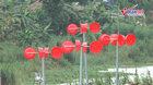 Cối xay gió bằng chậu nhựa xoay tít bên bờ sông Hồng