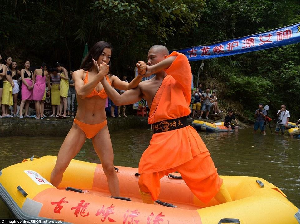 Nữ sinh mặc bikini tập võ với nhà sư để kiếm việc