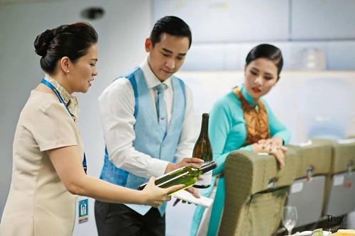 Hoa hậu Ngọc Hân làm nhân viên check-in Vietnam Airlines