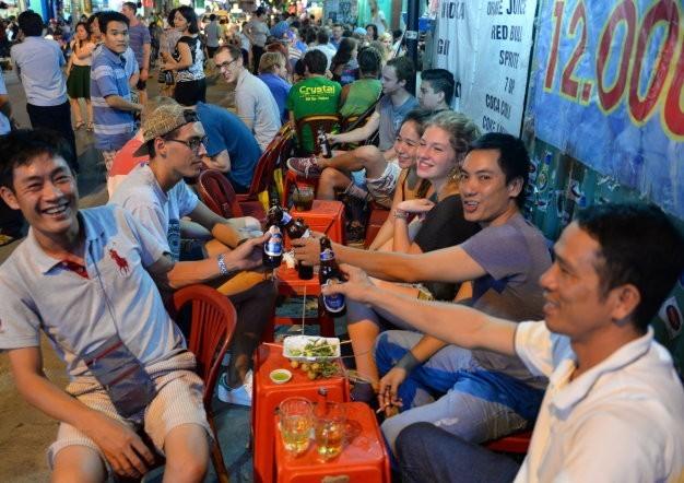 bia ngoại, dân chơi, dân nhậu, nước giải khát, bia cỏ, trốn thuế, Bia Hà Nội, bia hơi, nhà hàng, khách hàng