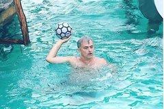 Mourinho đi nghỉ mát, vẫn làm việc điên cuồng