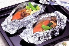 Vì sao không nên dùng giấy bạc bọc thực phẩm trong nấu nướng?