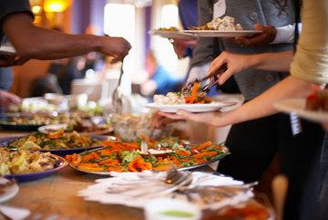 Vợ chồng trẻ ăn buffet lãng phí: Bị nhắc còn khó chịu