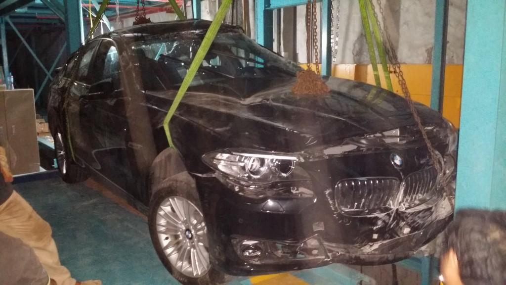 Ôtô bẹp dúm trong tầng hầm: 4 bên cãi nhau, khổ chủ khóc ròng