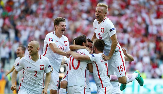 Thắng 'đấu súng', Ba Lan bay vào tứ kết