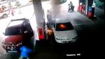 10 clip 'nóng': Kinh hoàng em bé bật lửa lúc mẹ đổ xăng