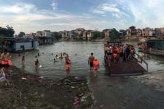 Mặc kệ rác, trẻ con lũ lượt ra sông giải nhiệt