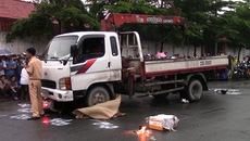 Trượt ngã dưới trời mưa, 2 cô gái chết thảm dưới gầm xe tải