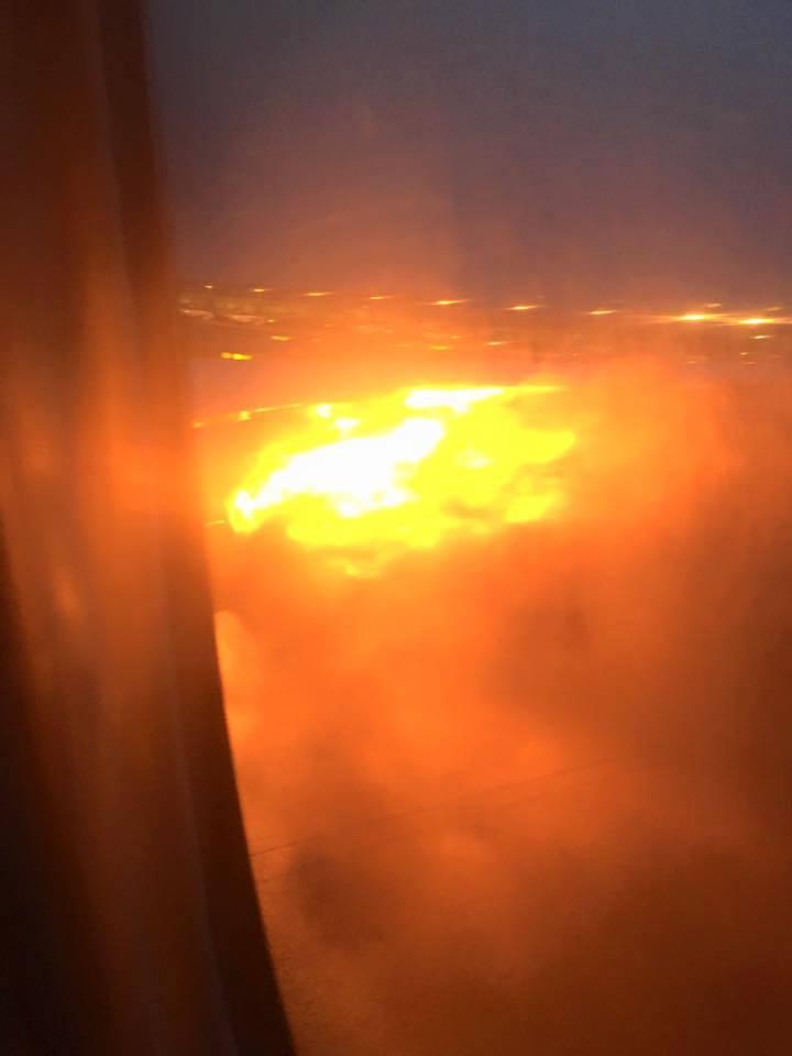 Máy bay chở hàng trăm hành khách bốc cháy dữ dội