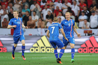Đá bay tuyển Anh, Iceland gây địa chấn