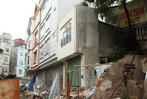 Dãy phố nhà siêu mỏng mọc lên dọc bờ mương ở Hà Nội