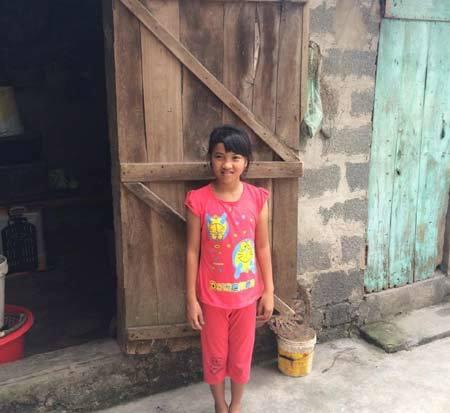 """Nhà nghèo, cô bé lớp 6 phải làm """"bác sĩ"""" tiêm cho mẹ"""