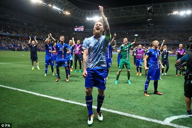 Màn ăn mừng chưa từng có của cầu thủ Iceland với CĐV