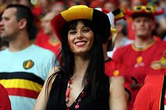 Bóng hồng đọ sắc trên khán đài vòng 1/8 EURO 2016